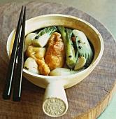 Frittierter Fisch im Backteig mit Gemüse