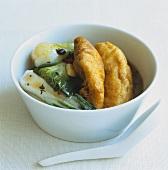 Frittierter Fisch im Backteig mit Pak Choi