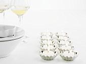 Teelichter in Backförmchen, Geschirr, Weingläser