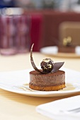 Praline tartlet with iced mocca sauce