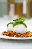 Seeteufel mit Basilikumkruste auf Artischocken mit Ratatouillesauce