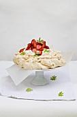 Waldmeister-Baisertorte mit Erdbeeren
