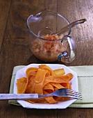 Karamellisierte Knoblauchmöhren mit scharfer Apfelsauce