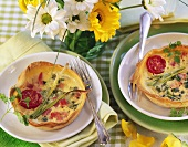 Ham tarts with cocktail tomatoes and spring onions