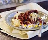 Tandoori-Rindfleisch mit Zwiebeln und Gemüsereis