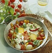 Bunte Gemüsepfanne mit Spiegeleiern und Käse