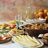 Menü bzw. kleines Buffet mit Spargel, Fleischragout etc.