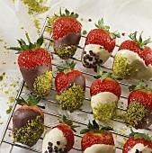 Erdbeeren mit Pistazien-Schokoladen-Glasur