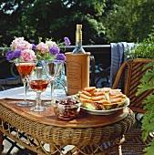 Tomatenbrote, Oliven und Wein auf einem Balkontisch