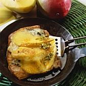 Putenschnitzel mit Edelpilzkäse und Mango