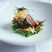 Kurz angebratenes Thunfischsteaks mit frittierten Nudeln