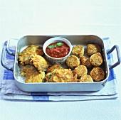 Kichererbsenbällchen, Möhren-Spinat-Puffer und Tomatensauce
