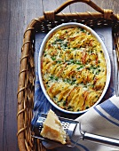 Baked spaghetti carbonara (with peas, ham and cream)
