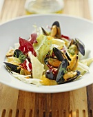 Salad leaves with mussels, fennel and oranges