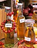 Selbstgemachter klarer Apfelsaft in Flaschen