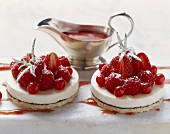 Tortine di montagna (Panna cotta cakes with berries & puree)