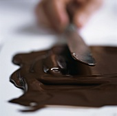 Flüssige Schokolade auf Arbeitsfläche streichen