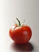 Eine Tomate auf Edelstahl