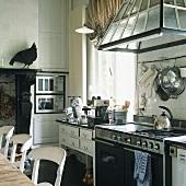 Rustikale Landhaus-Küche mit Gasherd, Edelstahlgeräte und Kamin