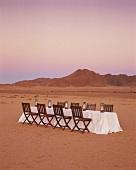 Leerer Esstisch in der Wüste stehend