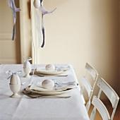 Ein österlich gedeckter Tisch