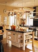 Küche im Vintagelook mit glänzender Arbeitsplatte auf dem Küchenblock