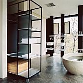 Badezimmer im Bauhaus-Stil mit freistehender Badewanne und Metallregal auf Rollen