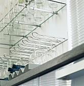 Modernes Regal zur Aufbewahrung von Gläsern & Flaschen