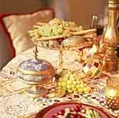 Trauben auf einem orientalisch gedeckten Tisch