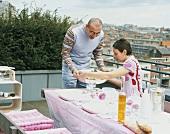 Paar beim Essen auf dem Balkon