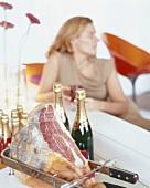 Champagner und Serrano-Schinken
