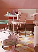 Quadratischer Tisch und rosa Spielzeugauto im Stil der 50iger Jahre in einem Diner