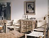 Atelierstimmung mit einfachen, aber kunstvollen Holzmöbeln und modernen Bildern an der Wand