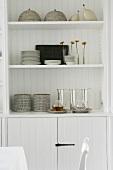 Offener Einbauschrank im Esszimmer mit Geschirr und Dekorationsobjekten