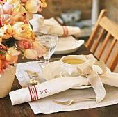 Gedeck mit Suppenschale und Blumenvase