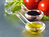 Ein Löffel Olivenöl und Balsamicoessig