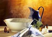 Schale mit heißem Wasser zur Inhalation mit Teebaumöl