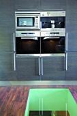 Einbaugeräte in einem Küchenschrank - der Küchenboden besticht durch einen verglasten Durchbruch