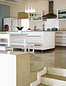 Blick in den Essbereich und die moderne Küche eines Split Level Hauses