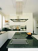 Der Küchenblock mit Dunstabzugshaube einer eleganten Designerküche