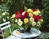 Rosenstrauss auf Marmortisch im Garten