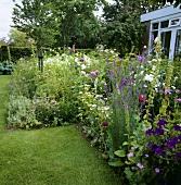 Blumengarten im Sommer