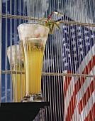 Cocktail mit Chartreuse, im Hintergrund USA-Flagge