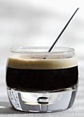 Heisser Kaffee mit Schuss (Alkohol) im Glas