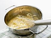 Bayerische Creme zubereiten: Eiercreme und Sahne verrühren