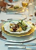 Blätterteigschnitten mit Schalotten & Mozzarella auf Salat