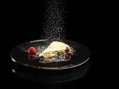 Ein Stück Himbeer-Lakritz-Kuchen