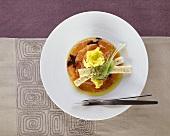Marinierter Eismeersaibling mit Salat und Brotstreifen