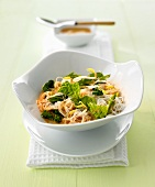 Rice noodles with savoy cabbage and red coconut sauce