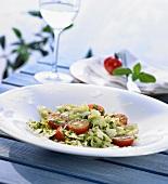 Eine Portion Farfalle mit Rucola, Tomaten und Parmesan